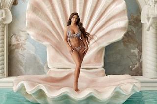 Elettra Lamborghini come la Venere di Botticelli ma col bikini animalier e gli addominali scolpiti