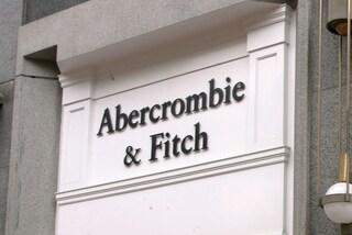 Abercrombie & Fitch, la storia e il declino del brand che chiude lo store di Milano
