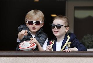 Gabriella e Jacques, i principini di Monaco sono rock con occhiali da sole e lecca-lecca