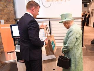 La regina alle casse automatiche del supermercato: anche Elisabetta II fa la spesa