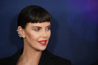 Charlize Theron, il nuovo cambio look: l'attrice è passata alla frangia cortissima