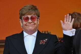 Il Rocket man arriva a Cannes: Elton John con occhiali a cuore e razzi sulla giacca al Festival