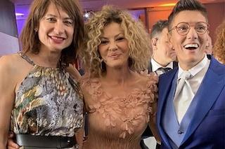 Eva Grimaldi sposa con abito romantico cipria, Imma Battaglia con lo smoking e la cravatta