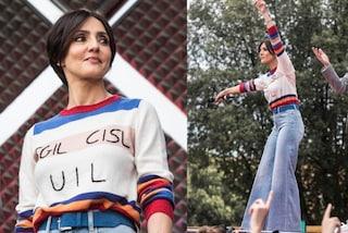 Ambra Angiolini al concerto del Primo Maggio: pantaloni a zampa e maglione con i nomi dei sindacati
