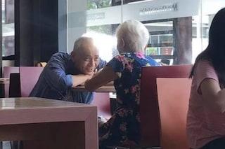 La dolce coppia di anziani innamorati diventa virale: il loro amore va oltre ogni limite