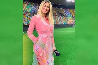 Diletta Leotta con l'impermeabile rosa: il look primaverile scatena le critiche