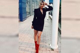 Emma Marrone alla semifinale di Amici, sexy scollatura e abito griffato da quasi 4mila euro