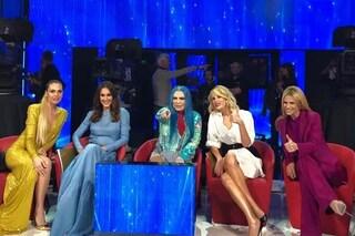 Dalla Blasi alla Hunziker, tutte insieme ad Amici: i look colorati da Spice Girls per la finale