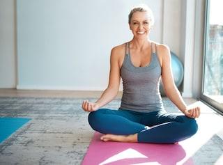 Yoga ormonale: cos'è e quali sono i benefici dello yoga dedicato alle donne