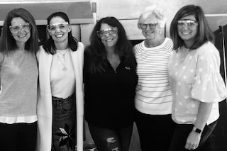 Katie Holmes, la foto di famiglia spopola sui social: mamma e sorelle hanno tutte lo stesso sorriso
