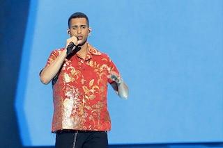 Mahmood all'Eurovision 2019, sul palco della finale spopola con la camicia rossa e oro