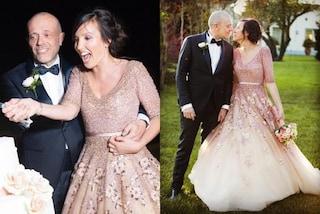 Max Pezzali sposa Debora Pelamatti: lui in smoking, per lei abito rosa con fiori e paillettes