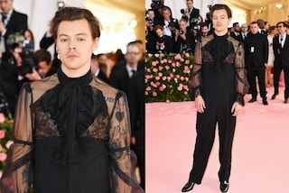 Harry Styles è Camp! Al Met Gala orecchini di perle e tacchi alti per l'ex One Direction