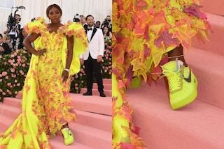 Serena Williams al Met Gala, sotto l'abito da sera niente tacchi: spopolano le sneakers fluo