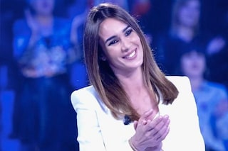 Silvia Toffanin a Verissimo: per il confronto con Pamela Prati look bianco e pantaloni over