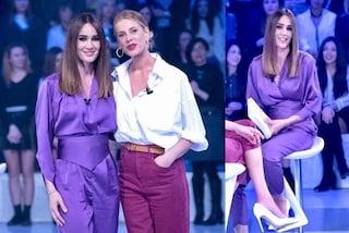 Silvia Toffanin in viola: a Verissimo con i pantaloni e l'originale fascia in vita