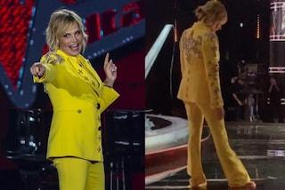 Simona Ventura in giallo, a The Voice in pantaloni e tacchi ma nella pausa passa alle infradito