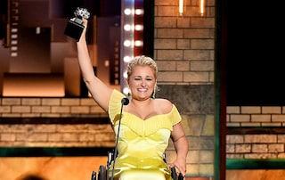 Ali Stroker è la donna in sedia a rotelle a ricevere il Tony Award, un esempio per i disabili