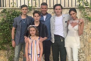 La famiglia Beckham al completo è più trendy che  mai: Victoria in bianco, Harper con le righe