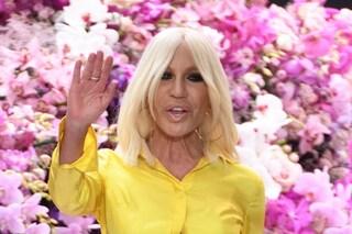Donatella Versace sfila a Milano e cambia look: ecco il nuovo taglio di capelli della stilista