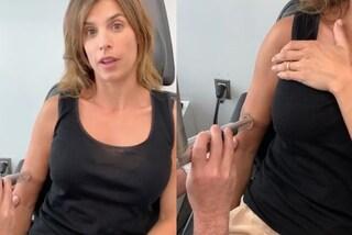 Elisabetta Canalis rimuove il tatuaggio: ecco il significato del disegno che aveva sul braccio