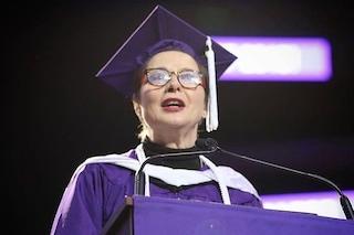"""Isabella Rossellini si laurea a 66 anni: """"Seguite sempre la vostra curiosità"""""""