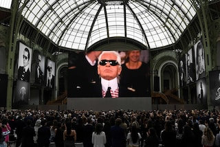 Karl For Ever, a Parigi l'ultimo tributo a Lagerfeld: star commosse ricordano lo stilista