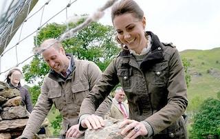 Kate Middleton in versione country: la Duchessa tosa le pecore e assaggia formaggi