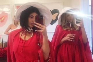 """Kylie Jenner criticata per il costume da ancella: """"Non è divertente vestirsi come donne violentate"""""""