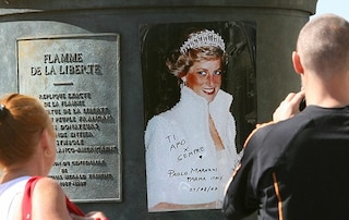 Parigi dedica una piazza a Lady Diana: l'omaggio a 22 anni dalla scomparsa della Principessa triste