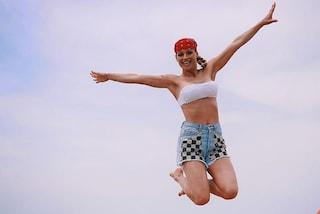 """Michelle Hunziker """"salta"""" nell'estate con shorts e bandana"""