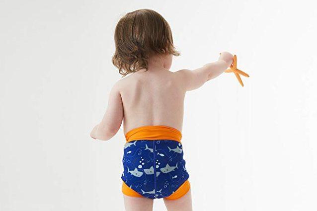Costume da bagno per neonati unisex a tema squali, con spazio per il pannolino, a partire da 26,35€