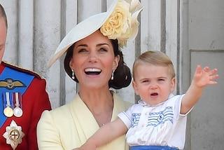 Il principe Louis vestito come zio Harry: Kate Middleton ricicla anche gli abiti per il figlio