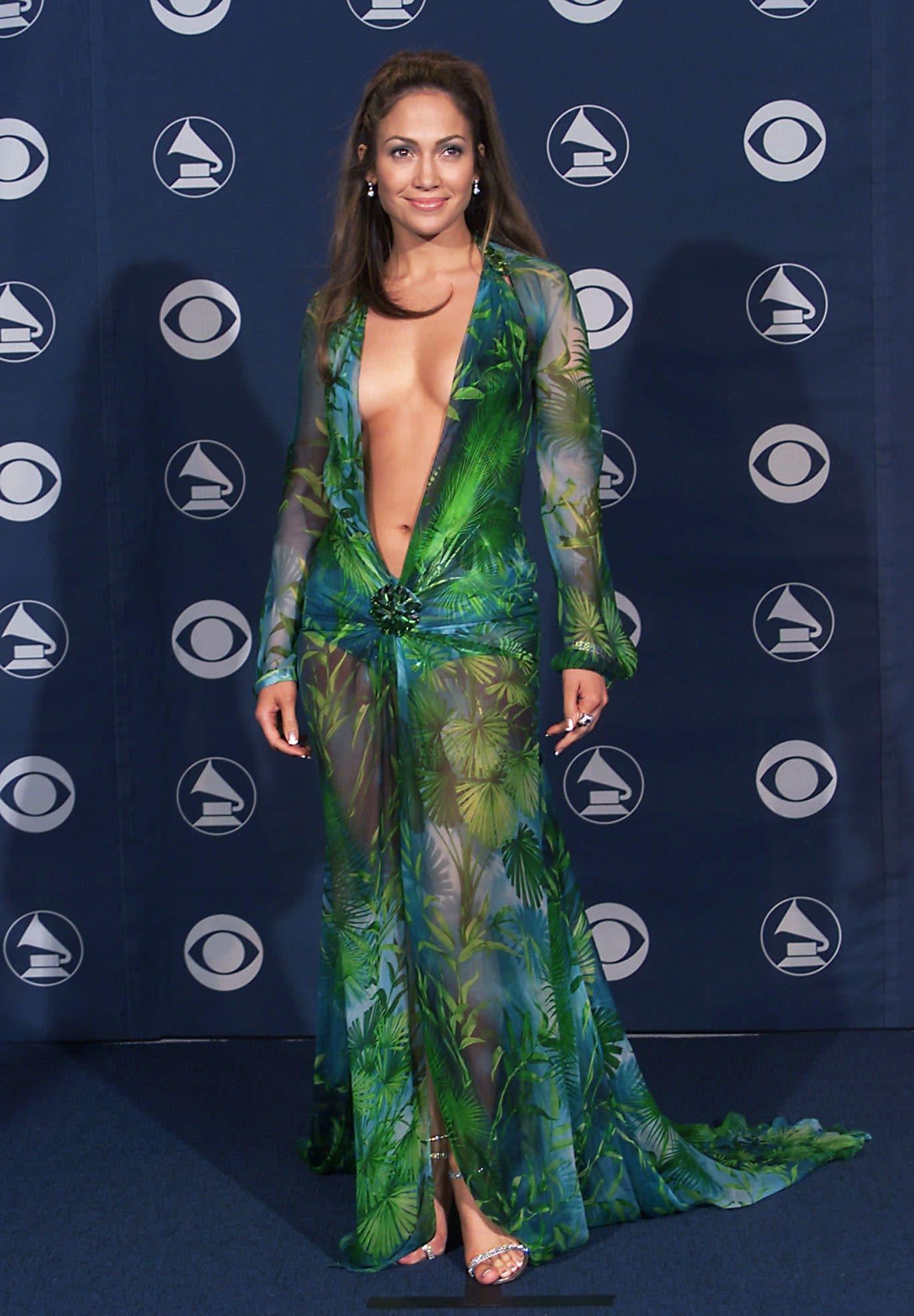 Jennifer Lopez con il celebre abito Versace ai Grammy del 2000