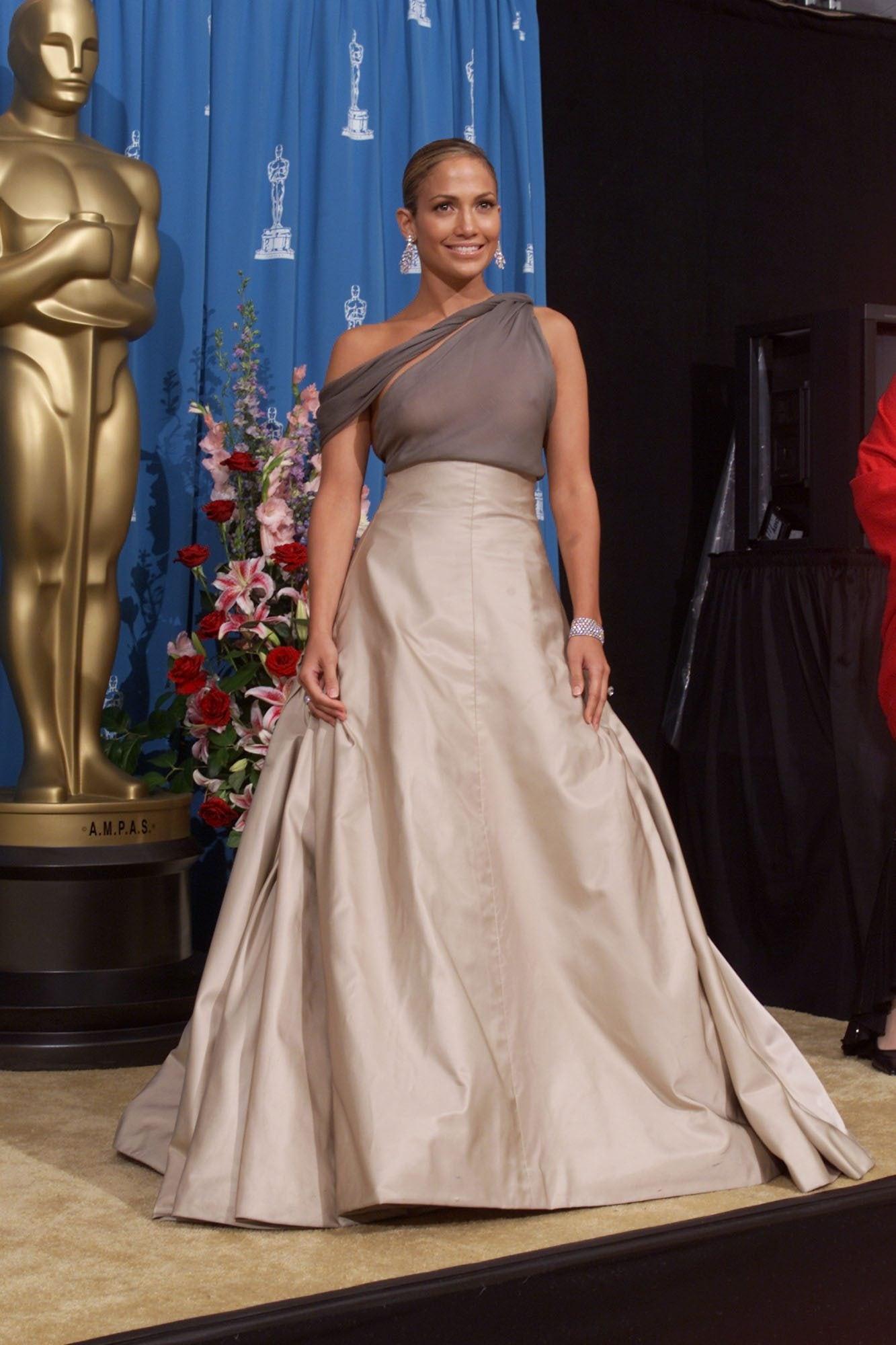 """Jennifer Lopez con lo """"scandaloso"""" abito Chanel per gli Oscar del 2001"""