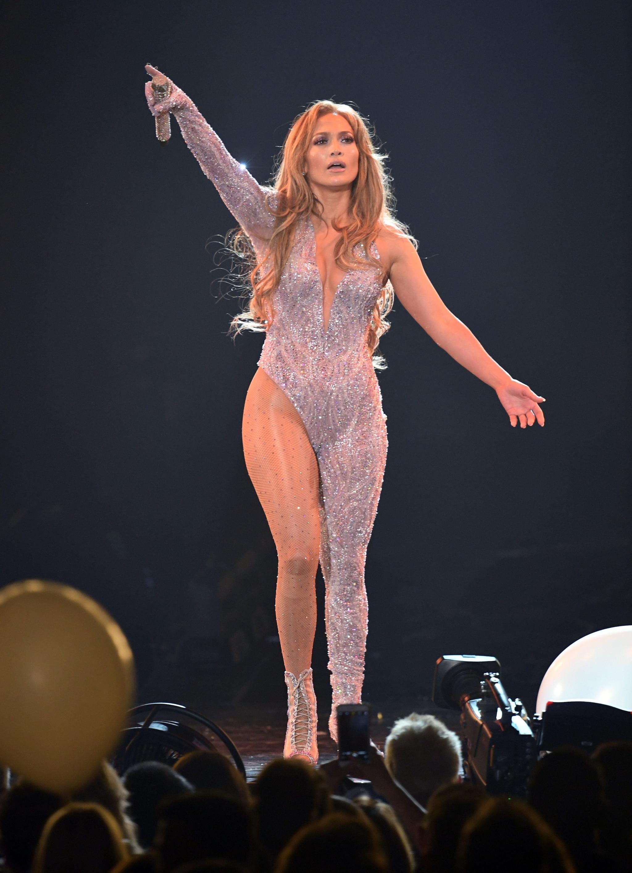 Jennifer Lopez sul palco con la tuta di cristalli