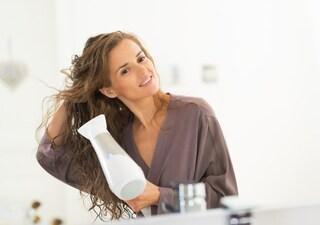 Come asciugare i capelli con il phon: temperatura bassa e getto freddo per fissarli