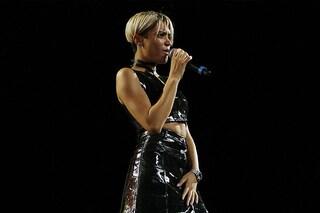 """Elodie come una Bond Girl indossa l'abito di """"plastica"""" al Battiti Live di Bari"""