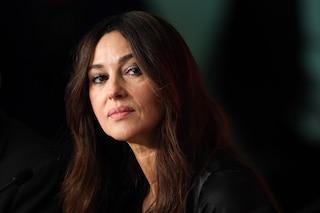 Monica Bellucci cambia look: passa (temporaneamente) ai capelli biondi e corti