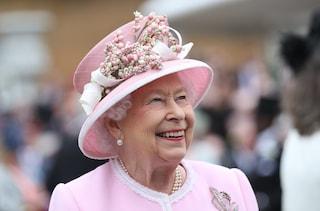 La regina Elisabetta ha l'armadio su un intero piano di Buckingham Palace: così sceglie i suoi abiti