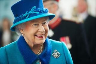 I segreti della regina Elisabetta II: scrive ogni giorno un diario e beve champagne prima di dormire