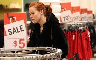 Abiti che scompaiono, specchi che eliminano i difetti: così le catene di moda vendono di più