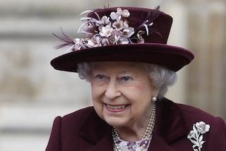 """Una sacca di sangue e un abito scuro, il contenuto """"macabro"""" della valigia della regina Elisabetta"""