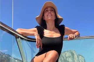 Caterina Balivo, l'estate della presentatrice comincia in costume intero e cappello da pescatore