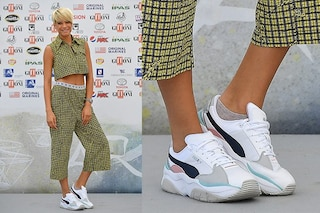 Elodie in versione sportiva con le sneakers (e i calzini in vista)