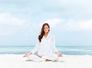 Yoga in spiaggia: i benefici e le posizioni migliori in riva al mare
