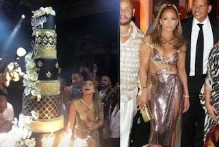 Jennifer Lopez in oro per i 50 anni, l'abito metallico è il trionfo della sensualità