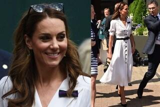 Kate Middleton incanta a Wimbledon: con l'abito bianco e gli occhiali da sole è regina di stile