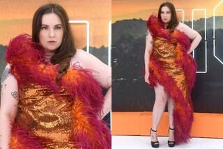 Lena Dunham tra piume e paillettes: se ne frega del peso e calca il red carpet con ironia