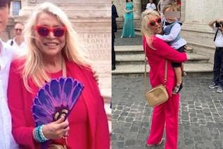 Mara Venier in rosso al matrimonio del figlio: abbina il tailleur agli occhiali da sole da diva